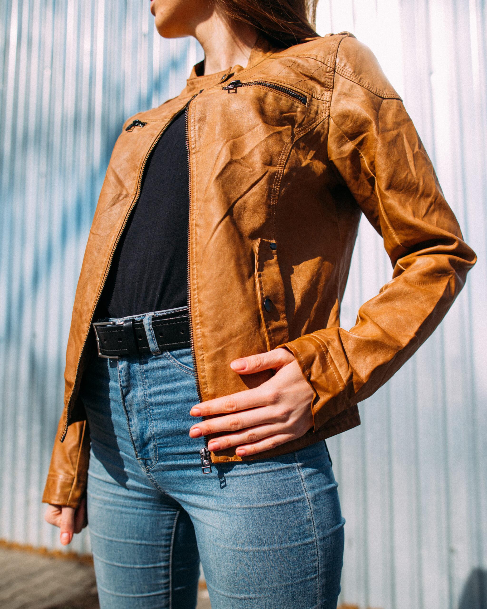 brązowa skórzana kurtka kobieta fashion styl